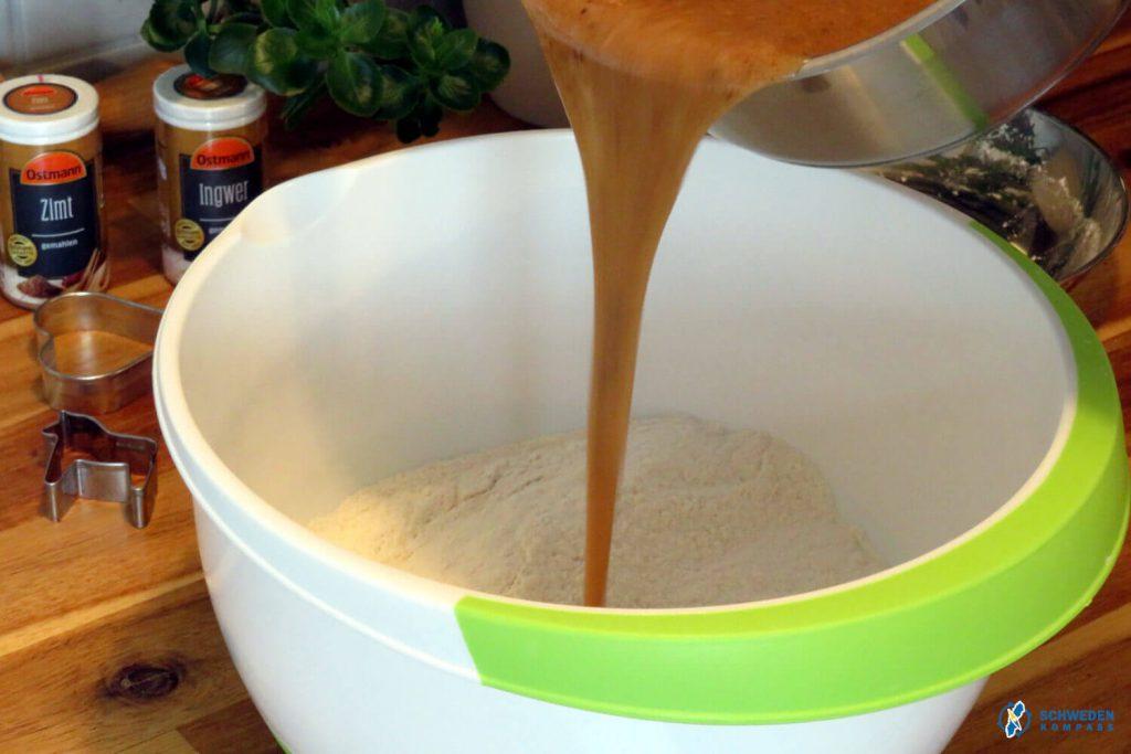 Sirupmasse wird zum Mehl gegeben