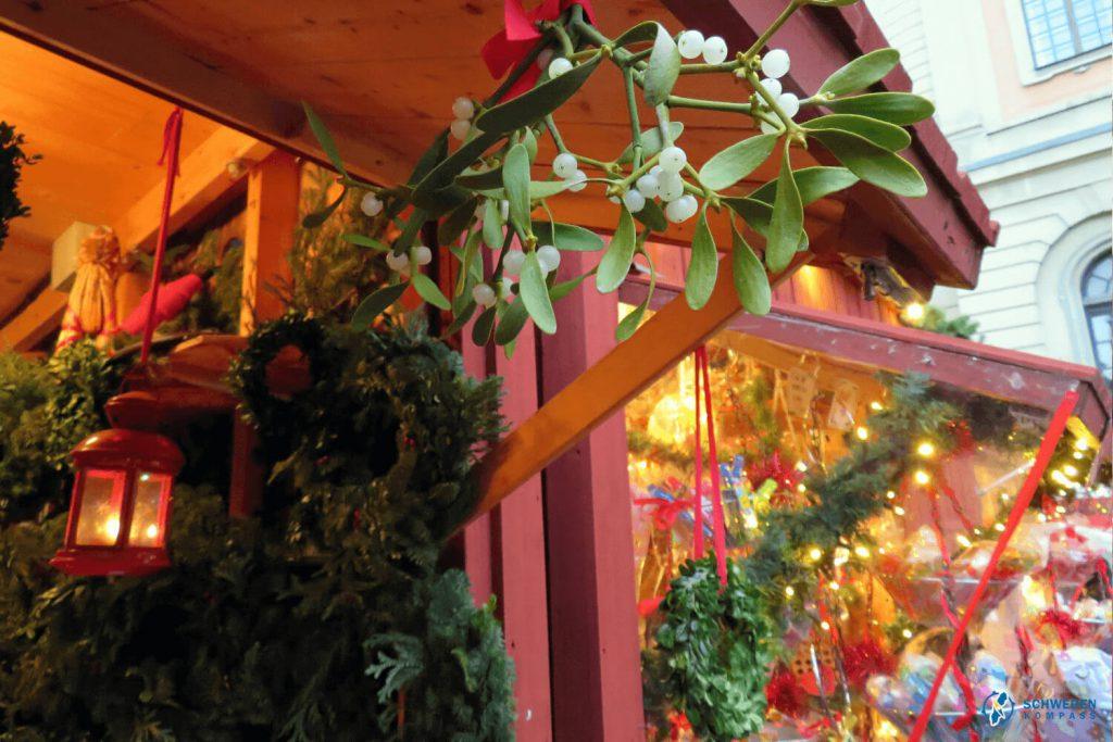 Weihnachtsmarkt-Stand mit Mistelzweig