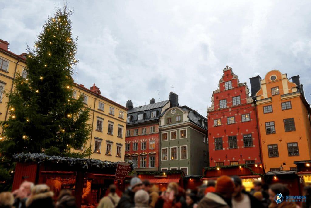 Weihnachtsmarktmit Christbaum in Gamla Stan