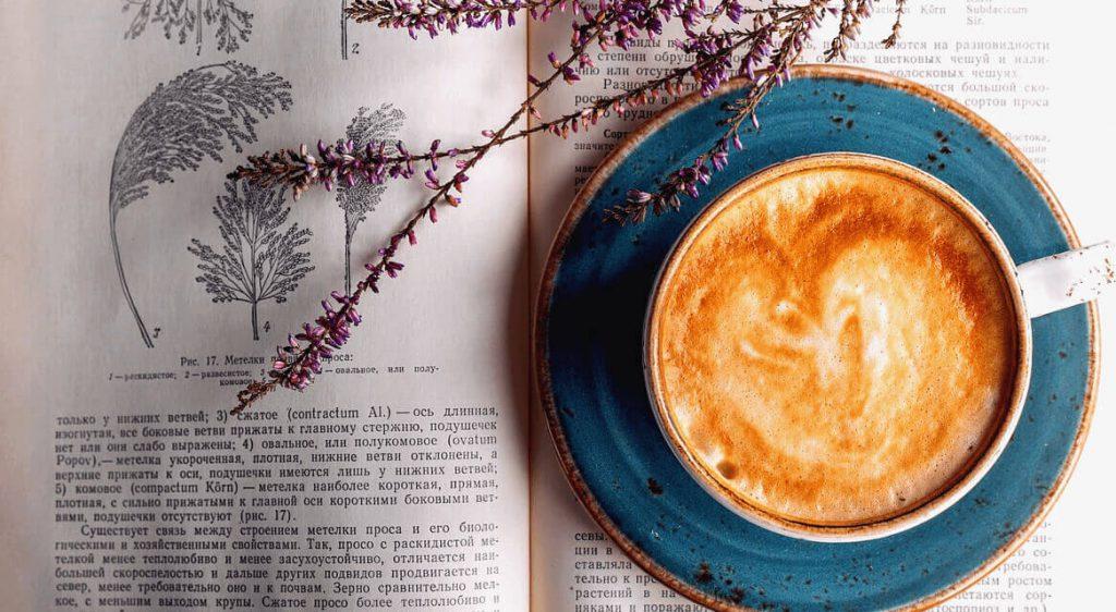 Kaffeetasse auf altem Buch