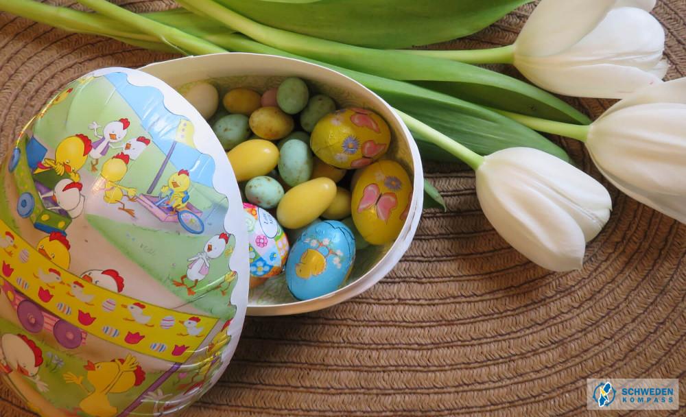 Fertig gefülltes Osterei und Tulpen