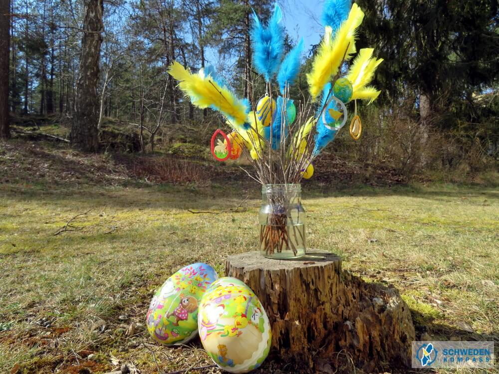 Osterstrauß mit Federn und Eiern