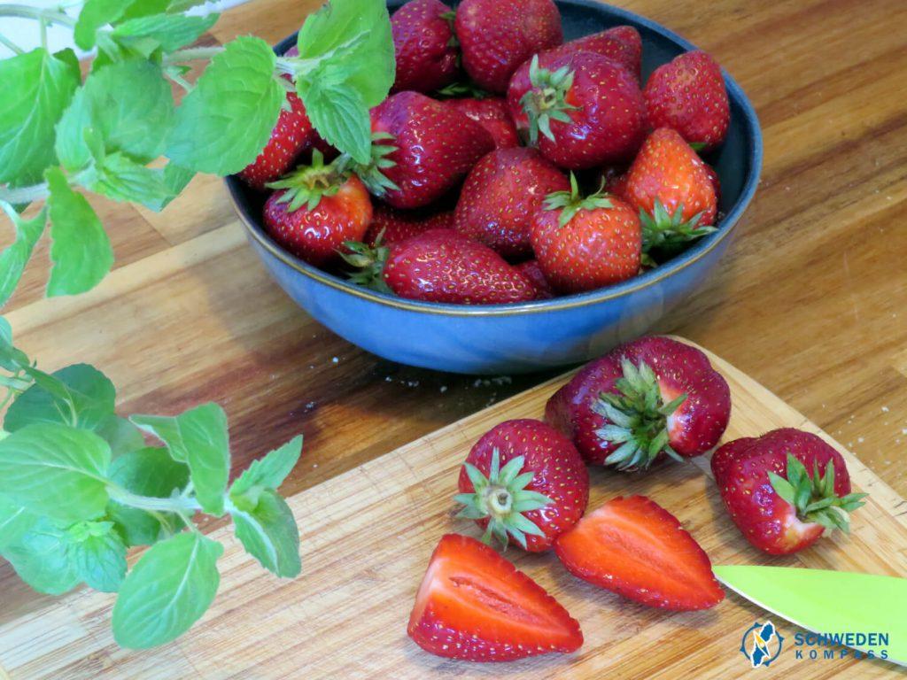 Erdbeeren werden halbiert